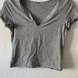 Vringad t-shirt från H&M klippt av lappen på den storlek S Kan frakta varan men köparen står för frakten Möts inte upp på grund av covid-19 Finns på andra sidor med så passa på medans det finns :)