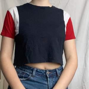 fin croppad t-shirt från primark som har typ en 60s känsla köpt för några år sen. fint skick och väldigt bekväm. det står XS men passar mig som är S