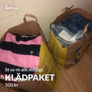 Klädpaket st xs-m, allt från jeans, Levis shorts, tröjor och toppar m.m finns att hämta i Göteborg 250kr per kasse 400kr för båda