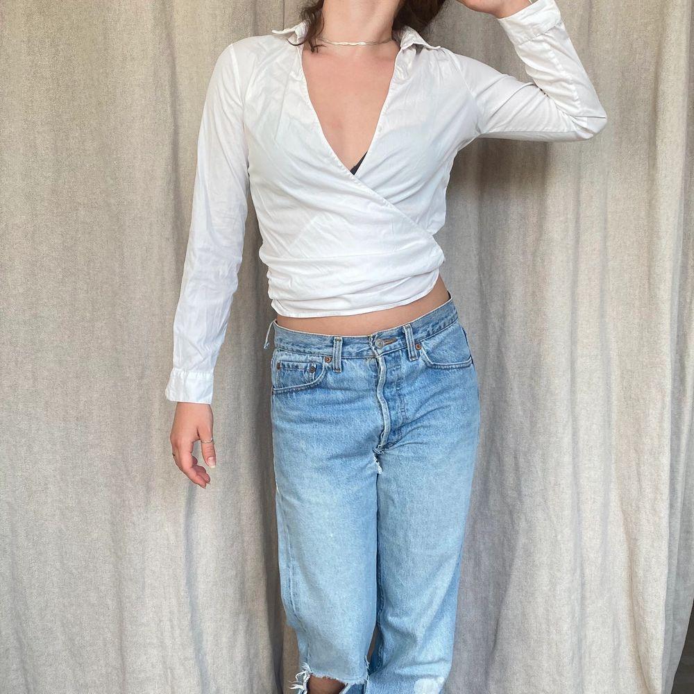Skjorta med unik modell! Möts på söder annars står köparen för frakt på 45kr ❤️PS: byxorna finns att köpa på kontot WINTER här på Plick!. Skjortor.