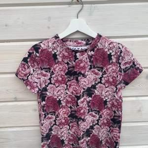 T-shirt från Carlings. Använd ca 5 gånger som Max då detta inte var min stil. Skönt material, fin passform och storlek S. Betalning sker via Swish.