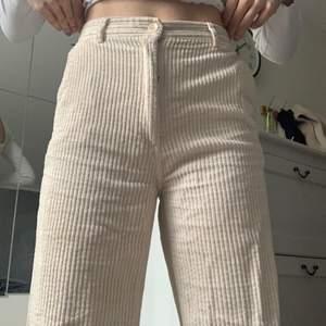 Säljer mina vita manchester byxor ifrån H&M, fint skick, jag är 165cm😋😋frakt tillkommer!