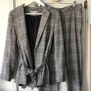 En superfin kostym från H&M som tyvärr är lite för stor för mg. Kavajen är storlek 38 och byxorna storlek 40. Felfri och knappt använd!