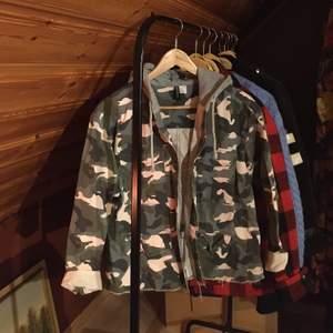 Militärjacka med grå luva från Hm som är i jätte fint skick! Storlek 40 men sitter snyggt oversized på mig som är en S!