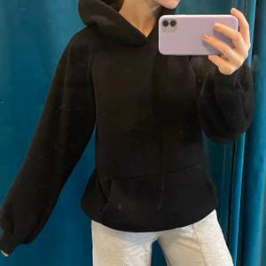 svart mysig hoodie utan snören! storlek L men sitter som M! ☺️ nopprig därav priset