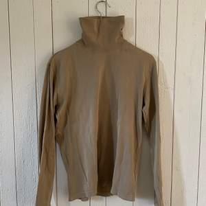 Beige turtleneck-tröja i mycket bra skick. Vintage. Originalpris: ca 800:-.