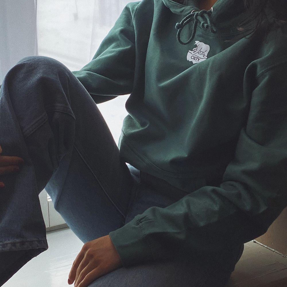 Till veckan är det tänkt att vi ska börja med försäljningen utav våra tröjor. De färger som finns i lager just nu är deep black och Forest green, storlekarna som finns är S och M. Ni som inte orkar vänta tills nästa vecka kan förbeställa era hoodies i DM🌟  För varje såld tröja kommer vi att donera 10 kr till WWF som har en insamling till isbjörnarna. Vi kommer även att förklara varför vi har valt att ha en isbjörn som logga och varför vi har valt att donera till WWF.   Vid frågor eller önskemål kan ni också kontakta oss via Mail eller DM💚 Och glöm inte att förbeställa era tröjor, vi har ett limiterat antal tröjor i lager. Priset på tröjorna är 349 kr! Happy shopping💚⚡️. Huvtröjor & Träningströjor.