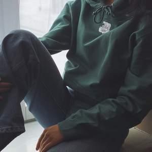 Till veckan är det tänkt att vi ska börja med försäljningen utav våra tröjor. De färger som finns i lager just nu är deep black och Forest green, storlekarna som finns är S och M. Ni som inte orkar vänta tills nästa vecka kan förbeställa era hoodies i DM🌟  För varje såld tröja kommer vi att donera 10 kr till WWF som har en insamling till isbjörnarna. Vi kommer även att förklara varför vi har valt att ha en isbjörn som logga och varför vi har valt att donera till WWF.   Vid frågor eller önskemål kan ni också kontakta oss via Mail eller DM💚 Och glöm inte att förbeställa era tröjor, vi har ett limiterat antal tröjor i lager. Priset på tröjorna är 349 kr! Happy shopping💚⚡️