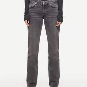 Intressekoll!! Säljer nu dessa jättefina eftertraktade jeans från zara, helt slutsålda på hemsidan. Har även ett par i 34🥰Buda privat eller i kommentarerna men skriv då vilken storlek du budar på💞, budet startar på 100kr❤️
