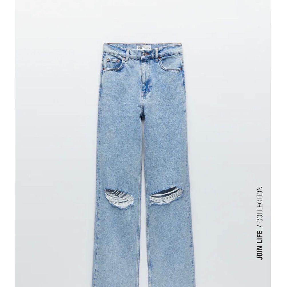 """Säljer dom populära jeansen från zara """" The '90s Full Length Damaged In Chelsea Blue"""" skickar mer bilder om det behövs! Storlek 34. Kom med eget prisförslag!! . Jeans & Byxor."""