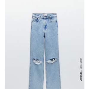 """Säljer dom populära jeansen från zara """" The '90s Full Length Damaged In Chelsea Blue"""" skickar mer bilder om det behövs! Storlek 34. Kom med eget prisförslag!!"""
