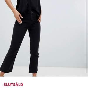 """Urtvättade Kick-jeans från weekday! Beskrivs på ASOS som """"korta jeans med hög midja"""". Säljer pga att dom är för korta för mig😭❤️ Jag är 174 cm🥰"""