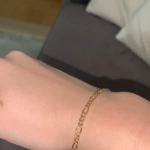 Säljer ett kedje armband i färgen guld