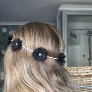 Ett blommigt hårband perfekt till sommaren! En pärla har lossnat från en av blommarna men det är inget som syns och det var svårt att få med på bild. FRI FRAKT💕