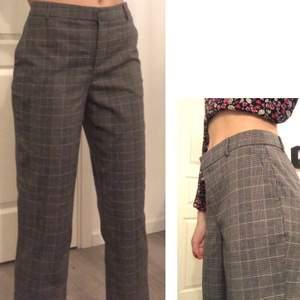 Snygga byxor som sitter lite baggy. Storlek M - S. Skriv gärna för mer bilder och mått! Kan mötas i Stockholm annars köparen står för frakt.