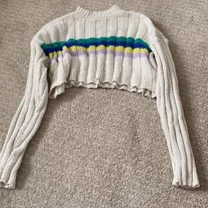 Stickad tröja från forever 21. Ganska kort och magen kan synas. Bra kondition, har används ca 2-3 gånger ❤️