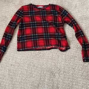 Snygg rutad röd FB sisters tröja. Bra kondition, har inte använt den mycket. Kan användas i både sommar och vinter ❤️