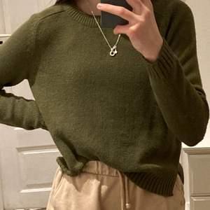 En super snygg grön stickad tröja. Den har använts några gånger men den är i en väldigt på bra skick!💚