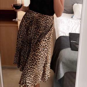 Använd varsamt, nästan som ny🙈 En plisserad leopard kjol från Ginatricot. Storlek Xs, passar mig som har XS/S i kjolar och  S/M  i andra underdelar. 120kr + frakt☺️
