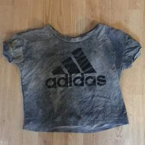 Grå croppad Adidaströja till träning i stl S. Denna är använd men inte särskilt många gånger. Nypris är 199 kronor. Jag säljer denna för 70 kr💗. Köpare står för frakt!
