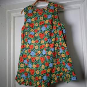 Ett gammalt vintageförkläde med finaste blommönstret. Perfekt att ha ovanpå tröja etc🌻