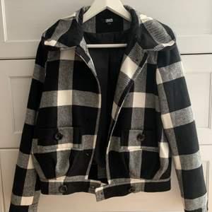 Perfekt vår jacka, super fin😍 köpt second hand men jag har tröttat lite på den😬 Den är köpt från Asos och är i fint skick! Frakt tillkommer💕