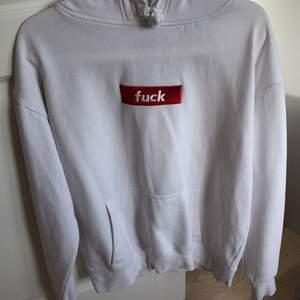 Mysig vit hoodie med röd text, i fint skick och inte använd så mycket alls. Gratis frakt 🤍