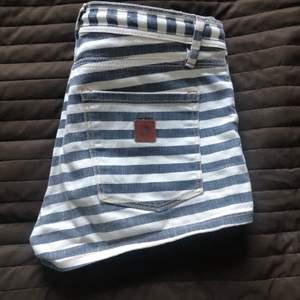 Shorts från surfmärket roxy, köpa i USA. Svartvit-randiga. Något oklar storlek, står 1/25 i dem. Borde funka till någon runt 155 eller xxs. Kan skriva mått vid fråga. Fin detalj av skärp på
