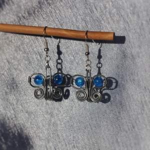 GRATIS FRAKT. Ett par jättegulliga örhängen formade som fjärilar, egentillverkade. Pärlan är blå men kan göra i massa olika färger, kolla min profil för varianter på dessa. Krokarna är nickelfria. Kan fraktas eller mötas upp i Stockholm/Huddinge. Skriv vid frågor!!