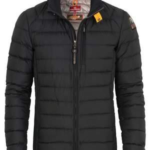 Säljer min parajumper jacka för att den inte längre kommer till användning, den är i fint skick och använd sparsamt. Ny pris 3800kr