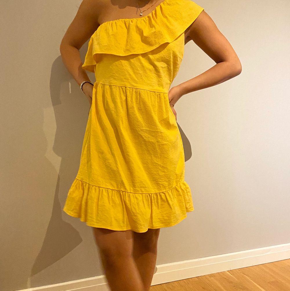Jättefin gul sommar kläning. Bra skick och stollen är S. Köparen står för frakten . Klänningar.