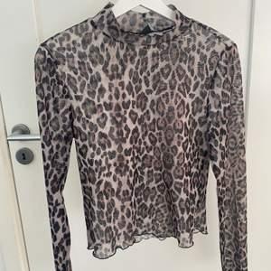 Säljer denna mesh leopard toppen från ginatricot! Toppen är i stl L och är genomskinlig så man kan ha någon fin top under!!✨💞 Toppen har även som en liten polo så man kan även ha en stor sweatshirt över till exempel:)