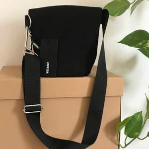 Helt oanvänd weekday väska med prislappen kvar!! nytt skick och bandet kan justeras för längd :)) skriv gärna om du är intresserad!!