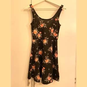 Klänning från H&M i fint skick. Knappt använd och säljer pga för liten. Pris kan diskuteras och köparen står för frakt. (Samfraktar med andra varor)