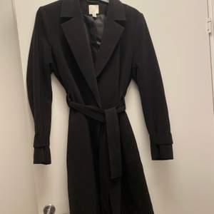 Säljer en svart kappa ifrån H&M eftersom den inte kommer till användning, går att knyta❤️