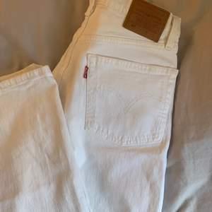 Säljer ett par vita Levis 501 jeans i riktigt bra skick, endast använda ett fåtal gånger💞