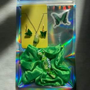 Innehåll : ett par gröna fjärilsörhöngen, grön boba halsband, 1st grön scrunchie, fjäril klistermärken, godis🌿