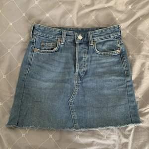 Jeanskjol som tyvärr blivit för liten för mig :( Köpt på hm för några år sen. Frakt tillkommer! ✨