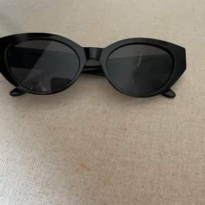 Ett par skit snygga trendiga solglasögon i cateye från carin wester, har endast används ett antal gånger