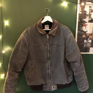 Snygg vintage carhartt jacka i storlek L. Lite sliten längst ner vid zippern men den fungerar perfekt. Kan mötas upp i Stockholm eller fraktas och priset kan diskuteras vid snabb affär:)