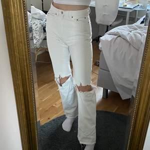 Vita jeans från weekday i strl W28L32 men sitter som en W27. Sprättat upp sömmen där nere för ytterligare läng, jag på bilden är 171🥰 Har några ljusa små fläckar på vaderna bak från regn som går kanske bort i tvätten samt ett litet hål där, men annars inget som märks💖