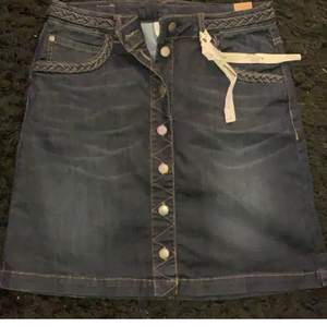 Jättefin jeanskjol. Aldrig använt. Storlek S. Märke-Free|Quent