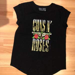official guns n' roses band tee. only worn a few times and in basically new condition! :)
