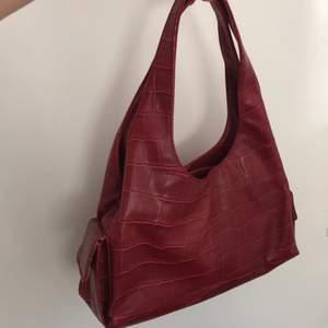Skitcool läder handväska!! Andvänd få gånger. Kan mötas i Lund eller Malmö, annars står köparen för frakten -75kr :)