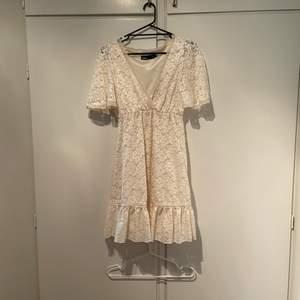 Säljer en superfin vintage vit/cream vit spets klänning perfekt till sommaren och studenten. Storlek S. Jättefint skick. Börjar budgivningen på 199kr