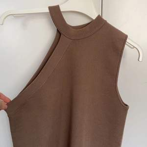 Brunt linne från Zara. Storlek M men passar en S lika bra!! Köpare står för frakten