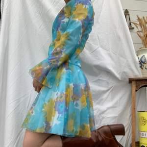 Så himla unik klänning med häftiga mönster. Ni ser ju själva va häftig den är! Dm för frågor och mer info finns i bion. Checka även in mina andra annonser och sammfraktar mer än gärna💛🌸