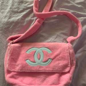 Fake Chanel väska som aldrig är använd, säljer eftersom jag fick den av ett ex 🙃