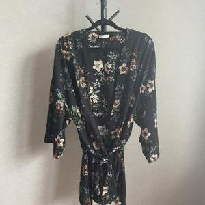 Blommig kimono från Cubus. Storlek XL