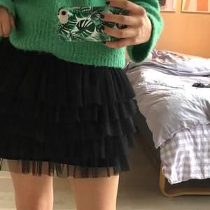 Skitsnygg slutsåld kjol ifrån zara, köparen står för frakten💕 perfekt skick och den passar en xs-s